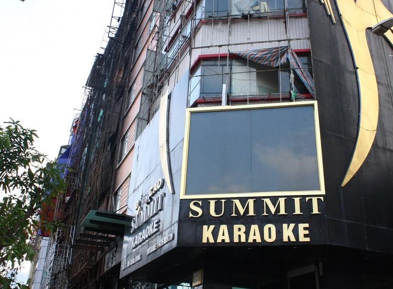 Hàng loạt quán karaoke tại Hà Nội dỡ biển quảng cáo - ảnh 1