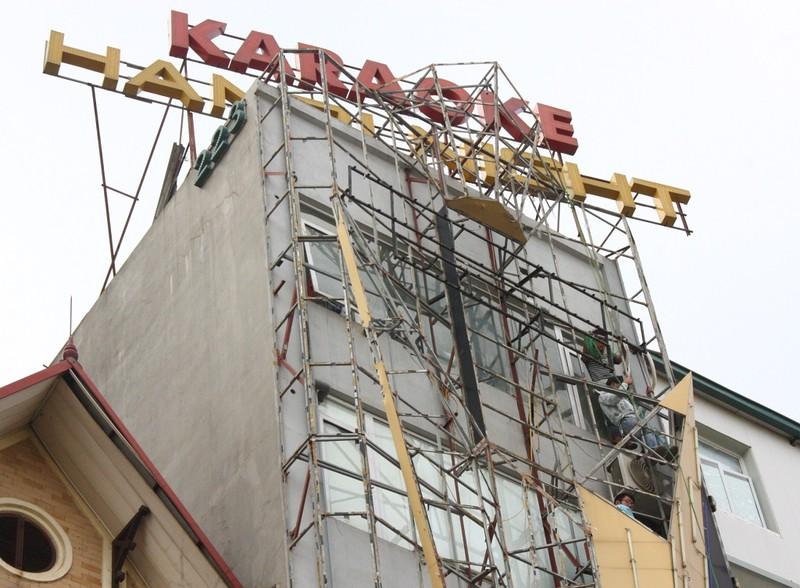 Hàng loạt quán karaoke tại Hà Nội dỡ biển quảng cáo - ảnh 6