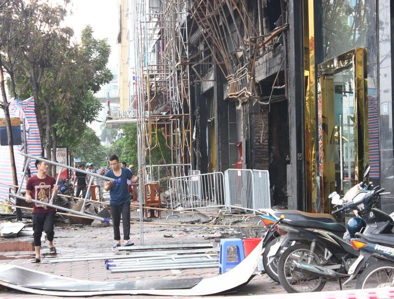 Hàng loạt quán karaoke tại Hà Nội dỡ biển quảng cáo - ảnh 2