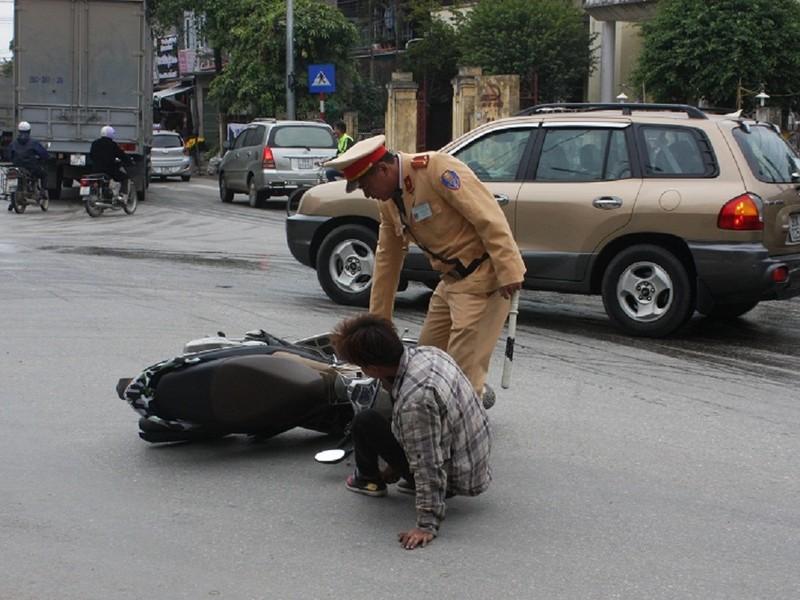 'Giật mình' khi thấy CSGT, nam thanh niên ngã ra đường - ảnh 4