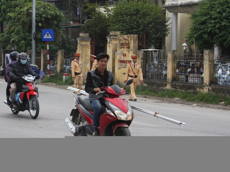 'Giật mình' khi thấy CSGT, nam thanh niên ngã ra đường - ảnh 3