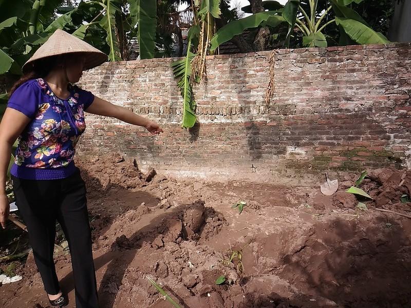Hiện trường thi thể 2 bé gái bị chôn trong vườn - ảnh 3