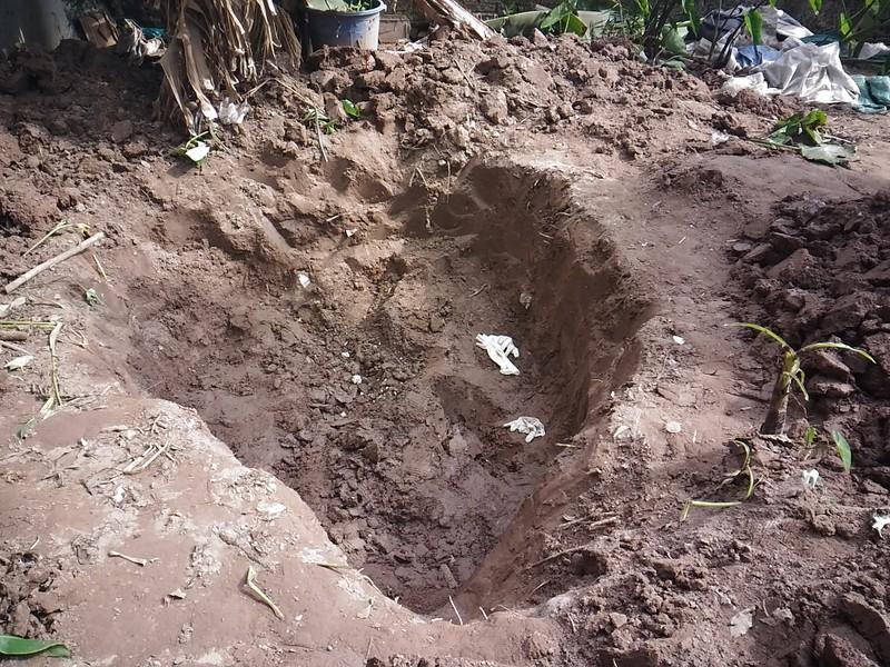 Hiện trường thi thể 2 bé gái bị chôn trong vườn - ảnh 4
