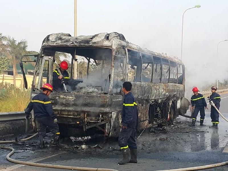 Cháy xe ở đại lộ Thăng Long, không thiệt hại về người - ảnh 1