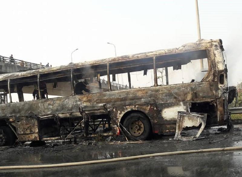 Xe khách cháy trơ khung trên đại lộ Thăng Long - ảnh 3