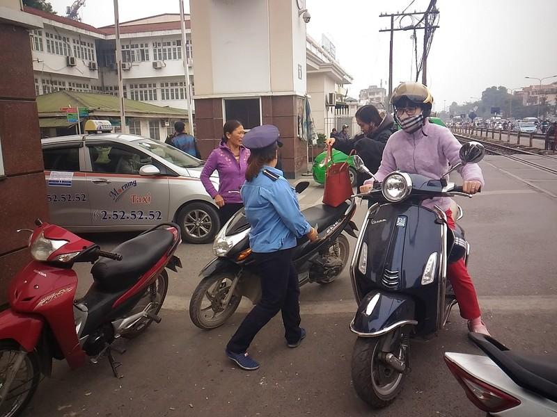 Gác tàu thu vé xe 'cắt cổ' trước cổng BV Bạch Mai - ảnh 1