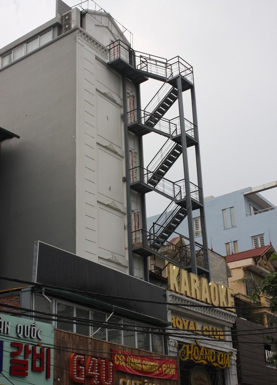 Sau cháy, quán karaoke đua nhau lắp thang thoát hiểm - ảnh 9