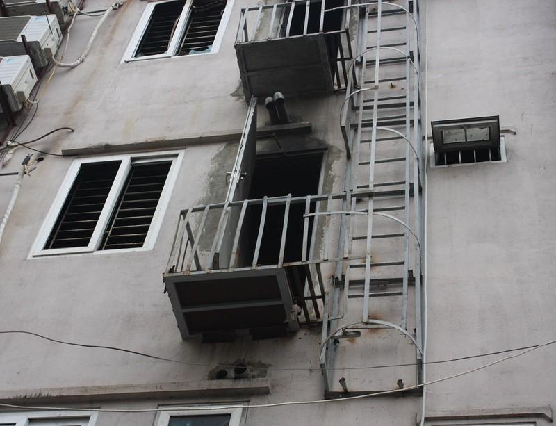 Sau cháy, quán karaoke đua nhau lắp thang thoát hiểm - ảnh 2