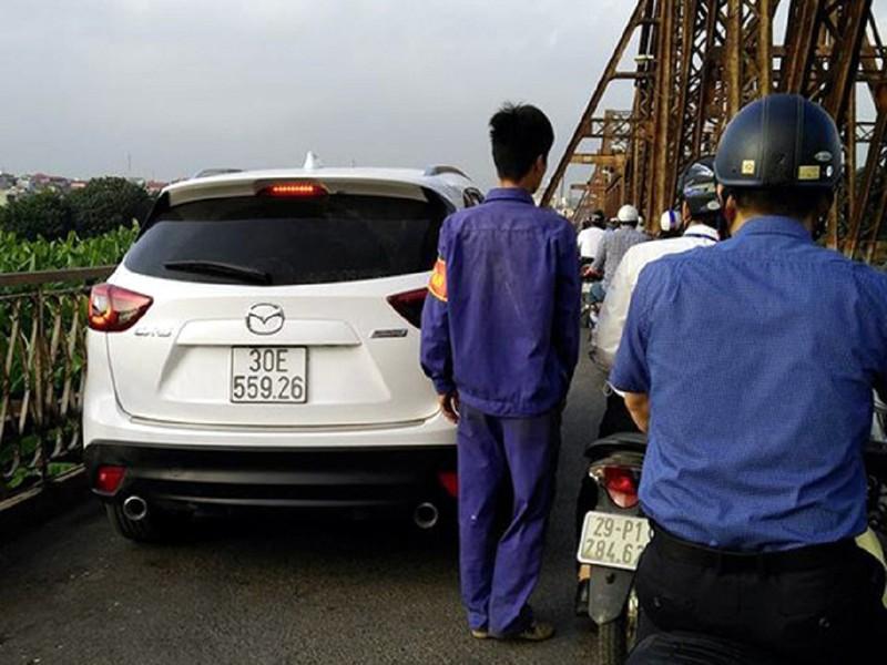 Tước giấy phép tài xế lái ô tô lên cầu Long Biên - ảnh 1