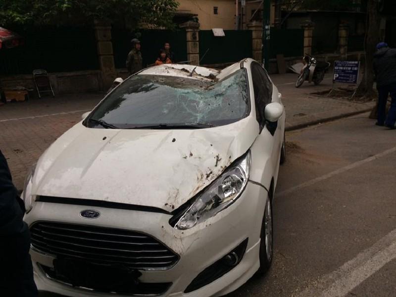 Cây cổ thụ bật gốc, đè bẹp ô tô tại Hà Nội - ảnh 4