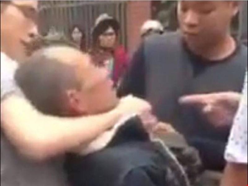 Khởi tố 2 cha con đánh cựu chiến binh 62 tuổi - ảnh 1