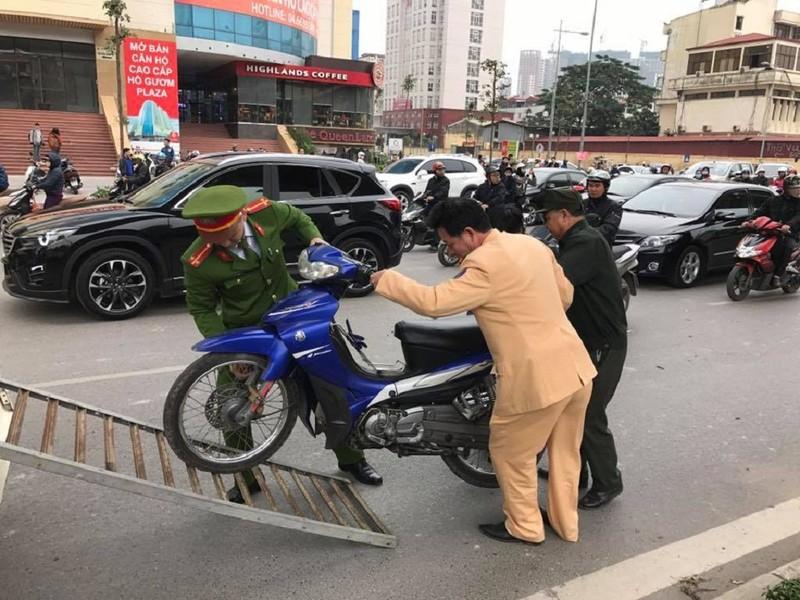 Ô tô Camry tông hàng loạt xe máy trên phố - ảnh 4
