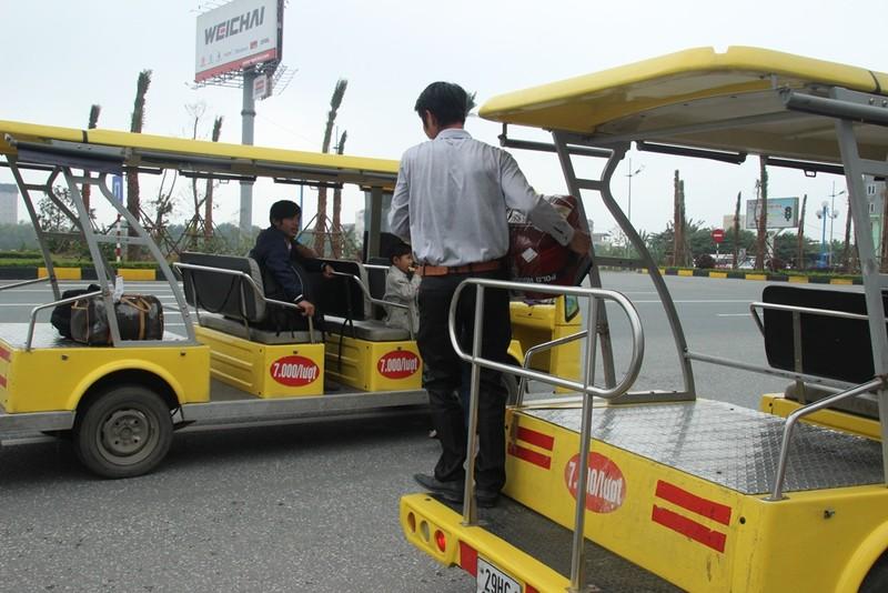 Xử phạt xe điện, khách nháo nhào bắt taxi - ảnh 11