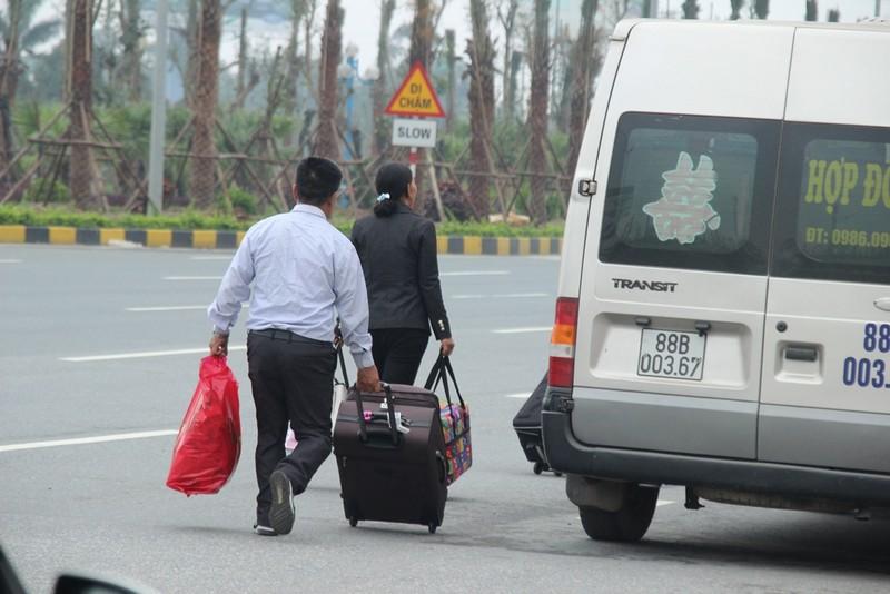 Xử phạt xe điện, khách nháo nhào bắt taxi - ảnh 10