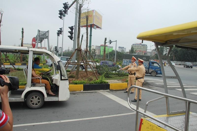 Xử phạt xe điện, khách nháo nhào bắt taxi - ảnh 1