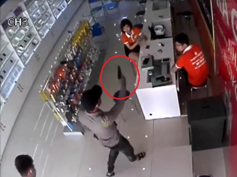 Nghi án bịt mặt, dùng súng để cướp cửa hàng điện thoại - ảnh 1