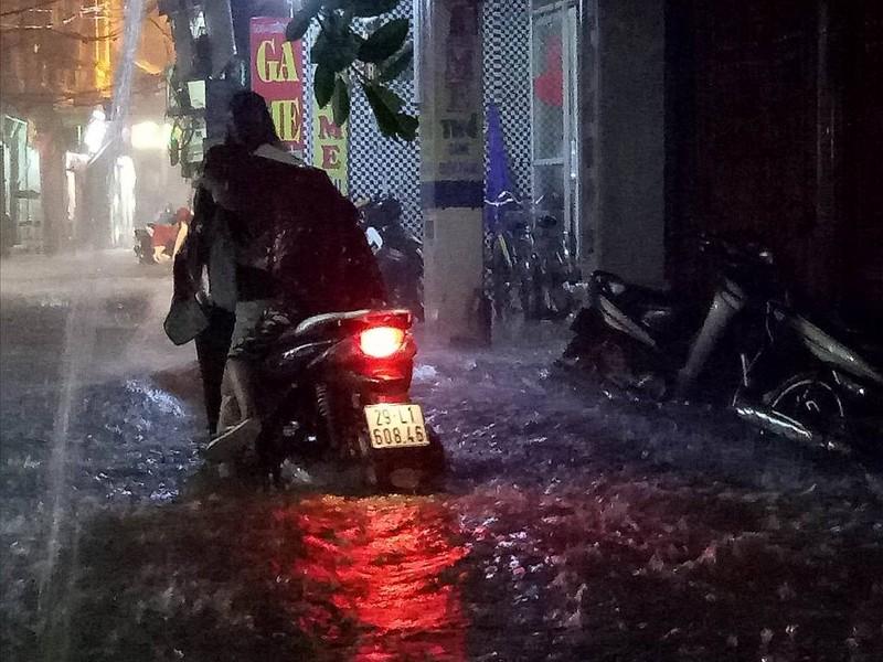 Ngập khủng khiếp, người Hà Nội bì bõm dắt xe máy - ảnh 3