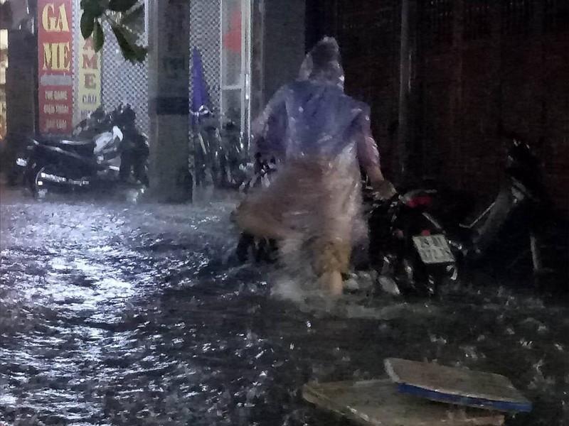 Ngập khủng khiếp, người Hà Nội bì bõm dắt xe máy - ảnh 2