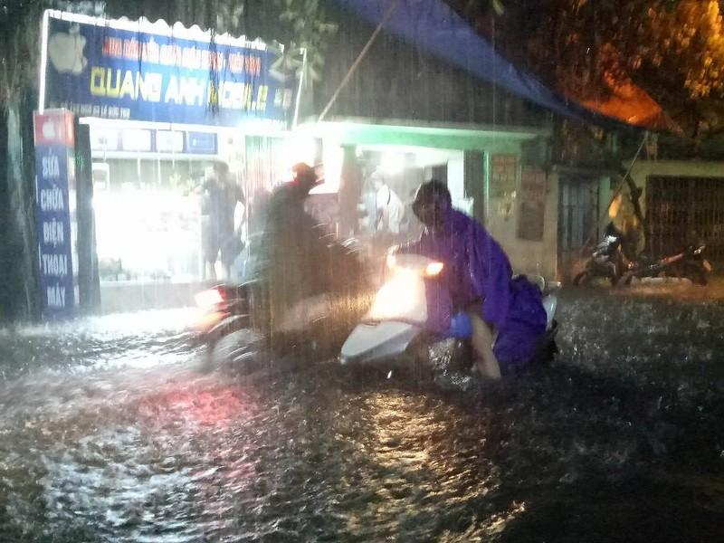 Ngập khủng khiếp, người Hà Nội bì bõm dắt xe máy - ảnh 6