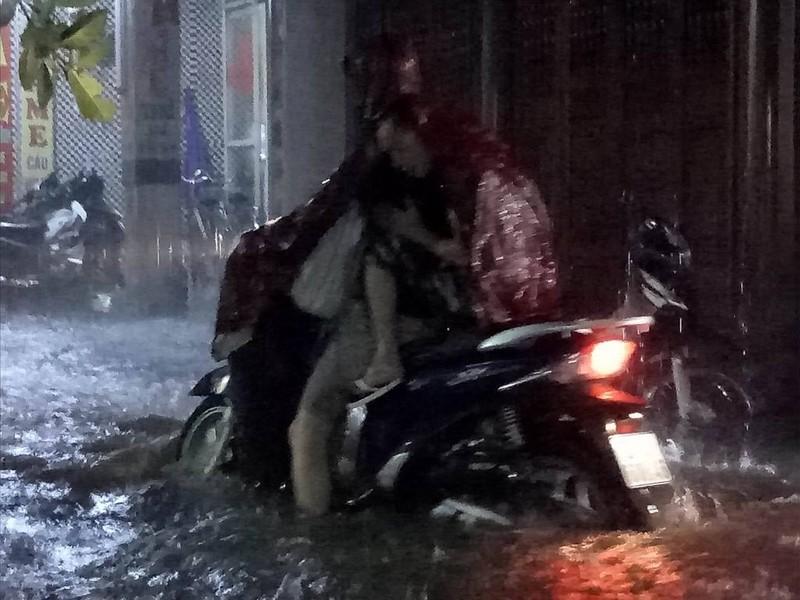 Ngập khủng khiếp, người Hà Nội bì bõm dắt xe máy - ảnh 4