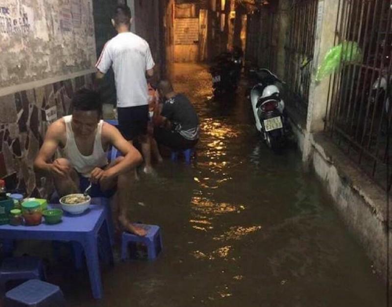 Ngập khủng khiếp, người Hà Nội bì bõm dắt xe máy - ảnh 10
