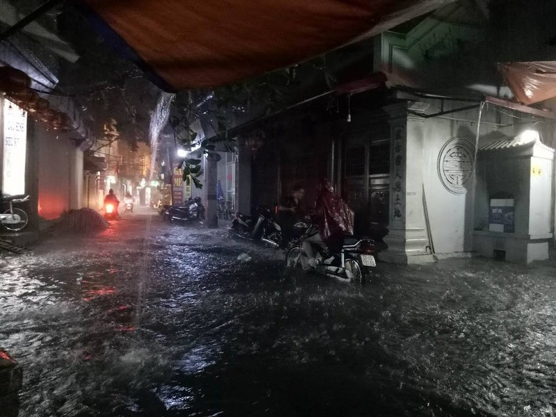 Ngập khủng khiếp, người Hà Nội bì bõm dắt xe máy - ảnh 1
