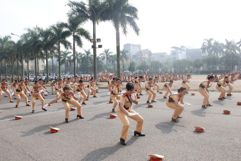 Ngắm những 'bóng hồng' CSGT múa võ cực đẹp mắt - ảnh 9
