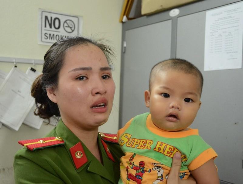 Nữ cảnh sát bật khóc nói về bé trai bị bỏ rơi - ảnh 1