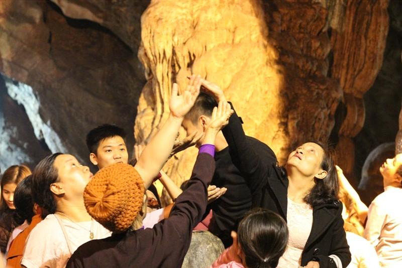 Đua nhau ngửa cổ, giơ tay hứng 'nước thánh' chùa Hương - ảnh 4