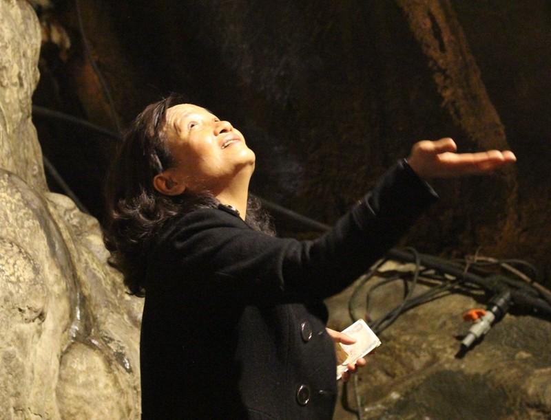 Đua nhau ngửa cổ, giơ tay hứng 'nước thánh' chùa Hương - ảnh 5