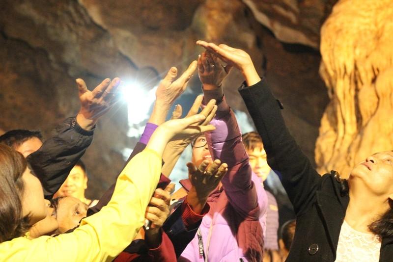 Đua nhau ngửa cổ, giơ tay hứng 'nước thánh' chùa Hương - ảnh 8
