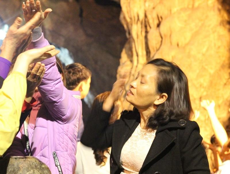 Đua nhau ngửa cổ, giơ tay hứng 'nước thánh' chùa Hương - ảnh 9