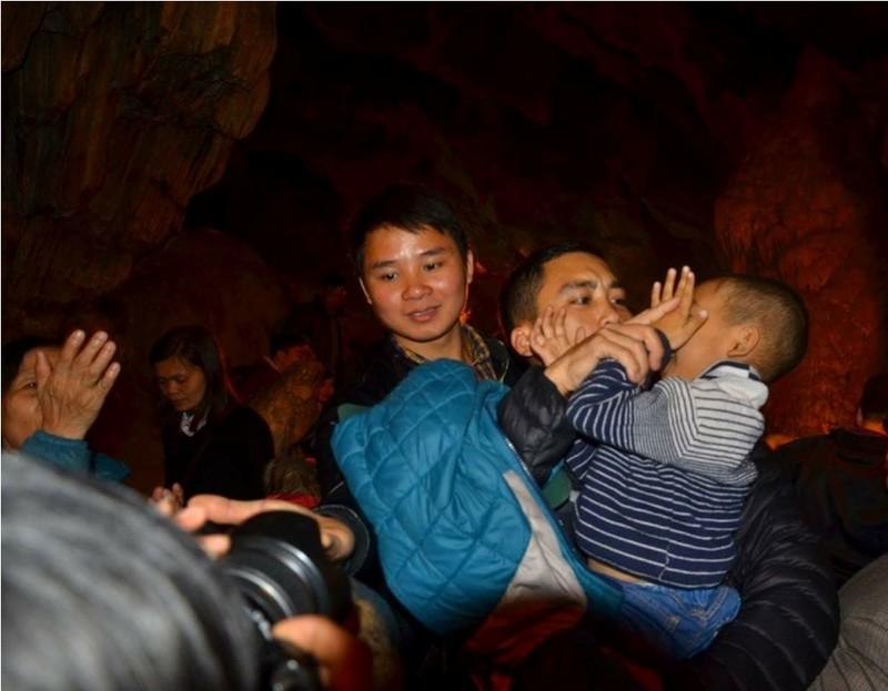 Đua nhau ngửa cổ, giơ tay hứng 'nước thánh' chùa Hương - ảnh 10