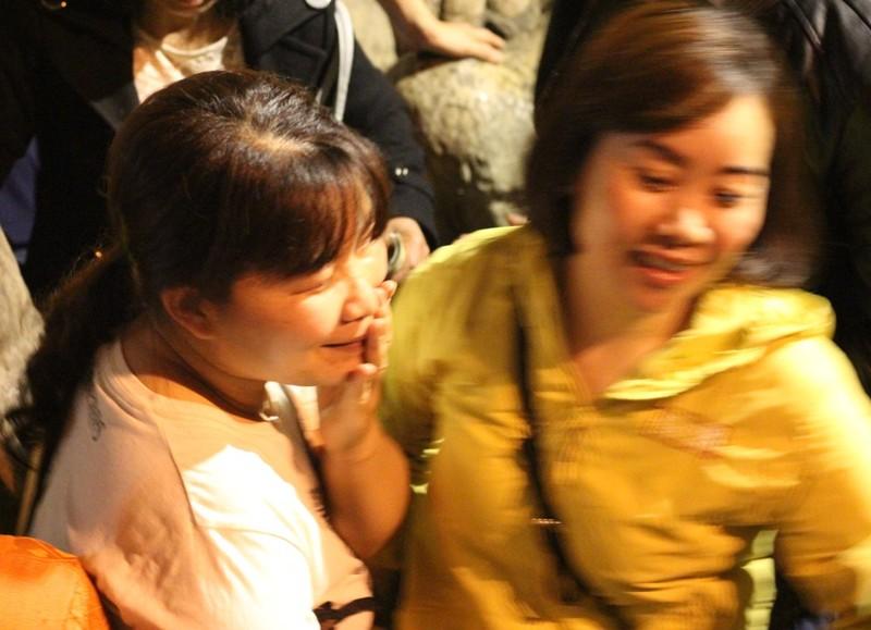 Đua nhau ngửa cổ, giơ tay hứng 'nước thánh' chùa Hương - ảnh 11