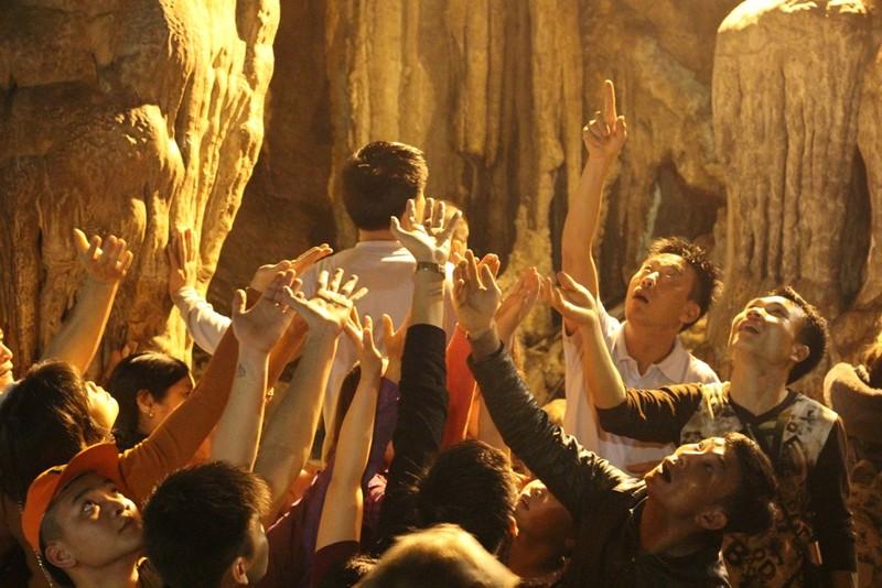 Đua nhau ngửa cổ, giơ tay hứng 'nước thánh' chùa Hương - ảnh 2