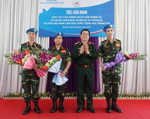 Chia tay 3 sĩ quan Việt Nam lên đường tới Trung Phi