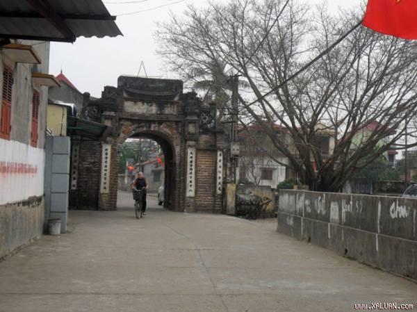 Cổng làng Dục Tú, đúng một nghìn năm mới có người con gái của làng Cổ Loa bước qua.