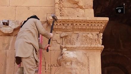 Hình ảnh phiến quân IS phá hoại hiện vật ở thành phố cổ Hatra
