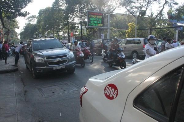Đâm xe liên hoàn ở trung tâm Sài Gòn, giao thông kẹt cứng - ảnh 3
