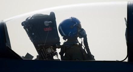 Phi công lái máy bay T67 Firefly.