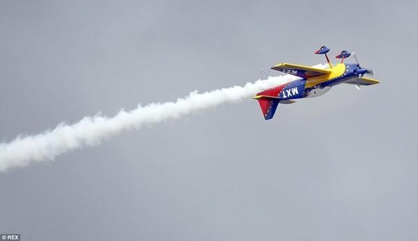 New Zealand: Máy bay nổ tung trên không, phi công may mắn thoát chết - ảnh 3