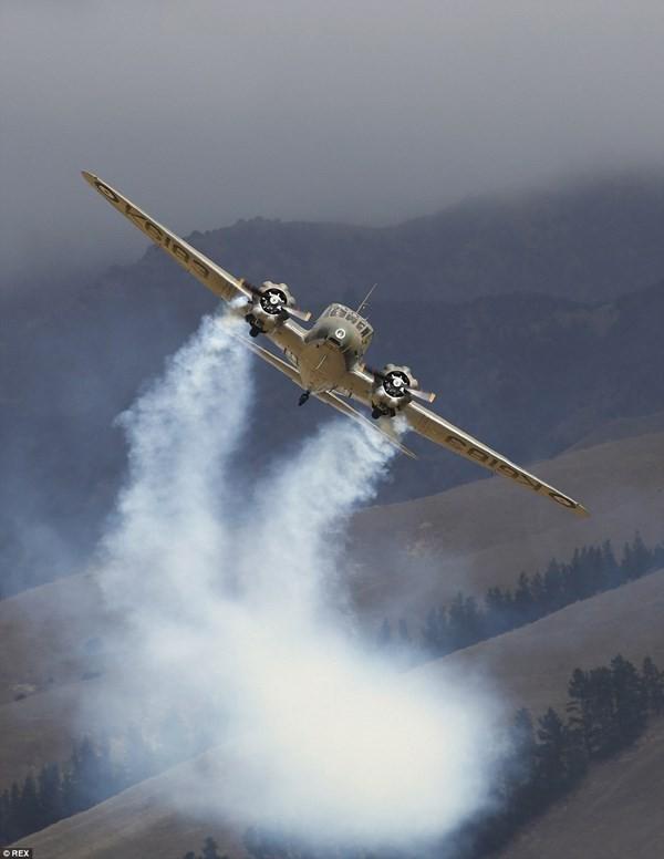 New Zealand: Máy bay nổ tung trên không, phi công may mắn thoát chết - ảnh 4