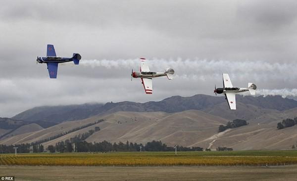New Zealand: Máy bay nổ tung trên không, phi công may mắn thoát chết - ảnh 7