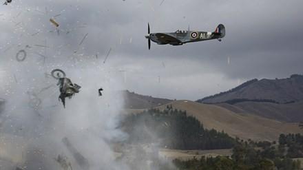 New Zealand: Máy bay nổ tung trên không, phi công may mắn thoát chết - ảnh 1