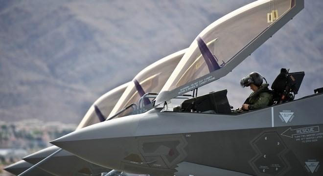 Phi công tiêm kích F-35 đội mũ bay gần 9 tỷ VNĐ