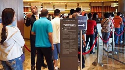 Bên ngoài casino tại khu nghỉ dưỡng Marina Bay Sands (Singapore). Năm 2005, Thủ tướng Singapore Lý Hiển Long đã có bước đi táo bạo khi hủy bỏ lệnh cấm đánh bạc có từ 40 năm trước.