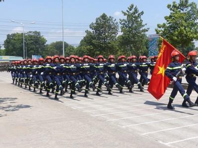 Hàng nghìn cảnh sát luyện tập cho Lễ diễu binh ngày 30/4 - ảnh 9