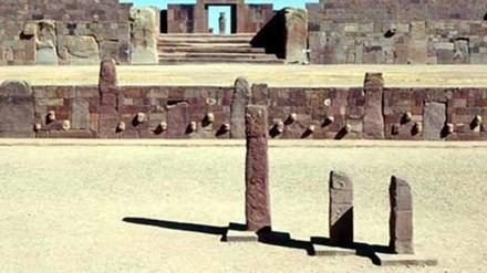 Quang cảnh Thành cổ Tiahuanaco trước Cổng Mặt Trời.