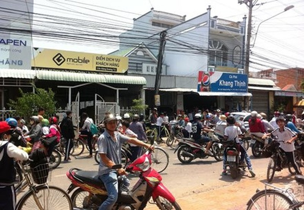 Cha mẹ, người đi đường và học sinh hoảng loạn trước việc nữ sinh gọi băng nhóm giải quyết mâu thuẫn trước cổng trường THCS phường 7 (TP Cà Mau)