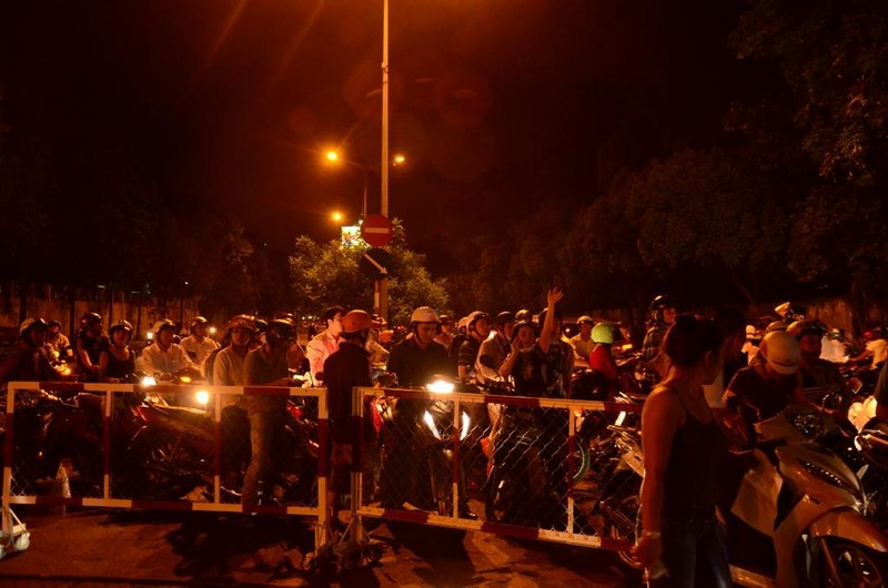Đêm đầu tiên cấm xe, người dân không biết đường về nhà - ảnh 1